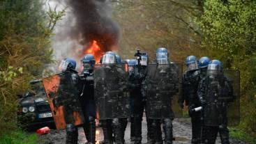 25OO gendarmes sont mobilisés à Notre-Dame-des-Landes NDDL pour l' évacuation de plus de 200 zadistes qui occupent illégalement la ZAD .